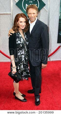 """NOVA YORK - 6 de julho: Produtor Jerry Bruckheimer e Linda esposa assistir a estréia de """"o feiticeiro"""