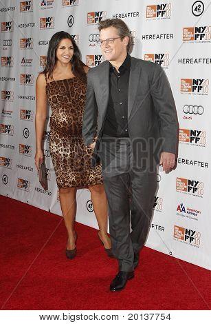 """NUEVA YORK - el 10 de octubre: Actor Matt Damon y esposa asistir a la Premier de """"Más allá"""" en Alice Tully H"""