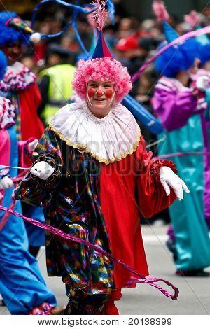 NUEVA YORK - 25 de noviembre: Un payaso asiste a desfile de Thanksgiving de Macy de la 84ª en 25 de noviembre de 2010