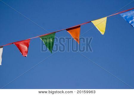 bunte Fahne Banner auf himmelblau himmelblau