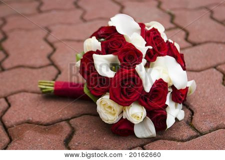 beautiful bouquet of white and red roses with calla lilies