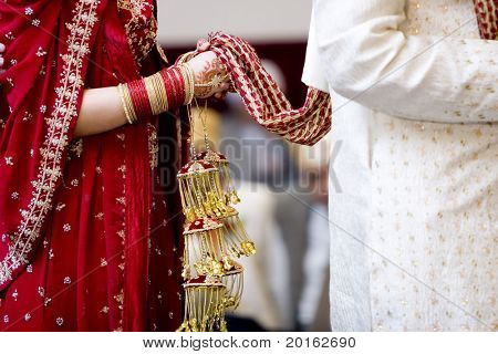 Hindoe bruid loopt achter man houden gewaad