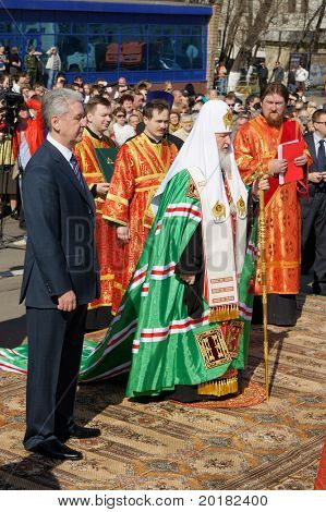 MOSCOW - APRIL 29: Patriarch Cyril and the mayor of Moscow Sergey Sobjanin participate in a bookmark of a stone of the first modular temple on April29, 2011 in Moscow