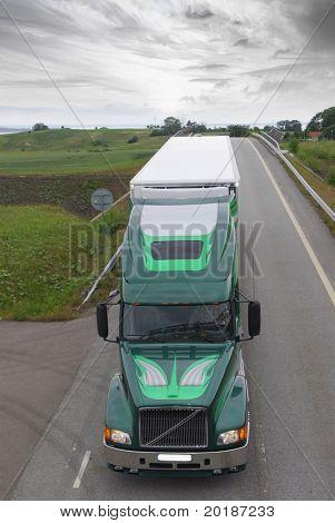camión grande en countryroad en un entorno espectacular