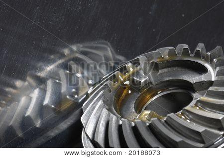 engranajes de la caja de cambios de aceite lubricante contra titanio brillante