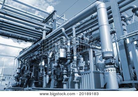 Refinería de petróleo, estación de combustible de petróleo en tono azul metálico