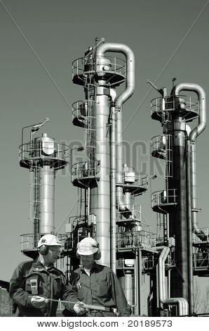 zwei Ingenieure vor Öl und Gas Raffinerie, Industrie, alles in eine belebende Idee