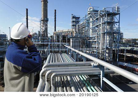 Öl-Worker im Vordergrund, die auf Öl und Gas Raffinerie im Hintergrund