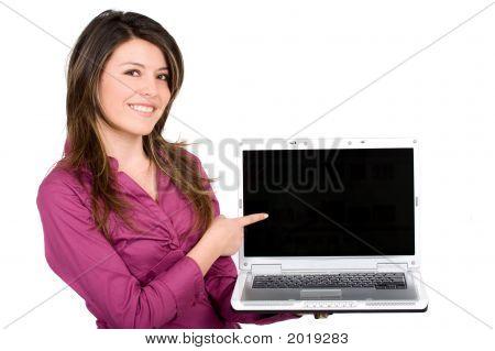 Chica feliz con un ordenador portátil