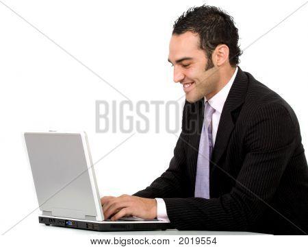 Geschäftsmann auf einem laptop