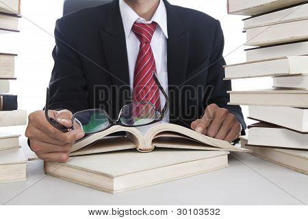 Empresario con gafas y libros