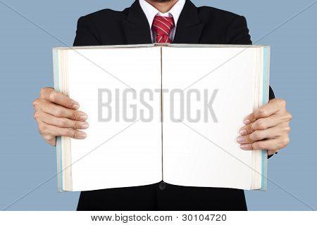 Empresário apresentando livro em branco