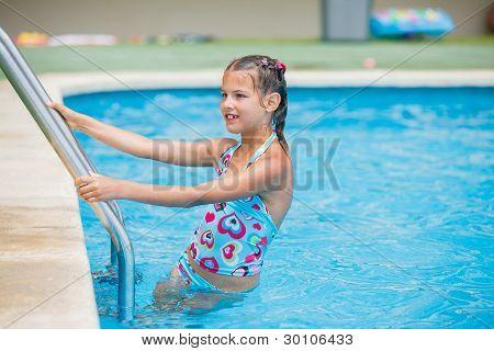 Muito jovem, à beira da piscina