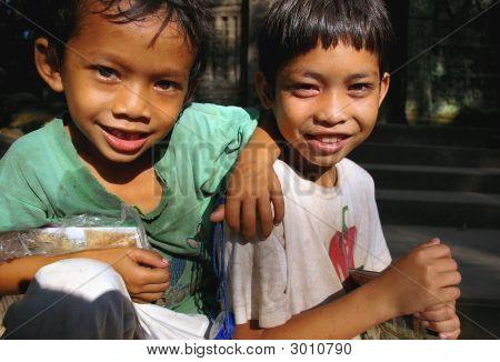 Jungen verkauften Postkarten