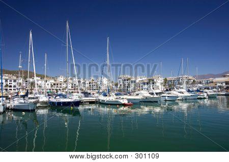 hohe Luxus Boote und Yachten Ankern in Duquesa Port in Spanien auf