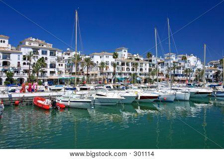 Boote und Yachten Ankern in Duquesa Port in Spanien an der Costa de