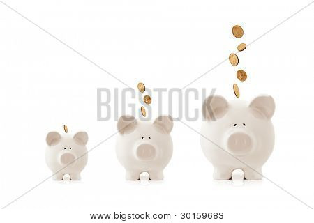 Cofrinhos aumentando de tamanho, com moedas caindo neles.  Conceito de investimento crescente.