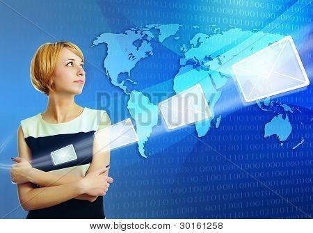 Mujer sobre mapamundi está enviando el mensaje de correo electrónico vía Internet