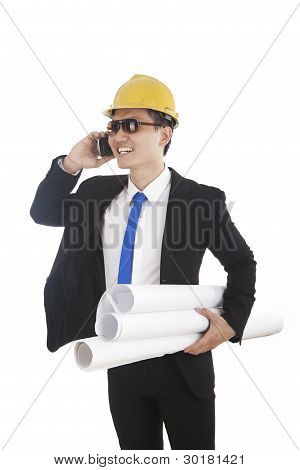 Ingeniero de hablar por teléfono