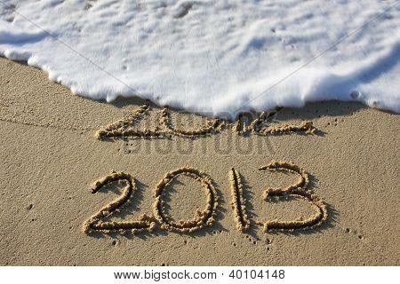 2013, escrito na areia com 2012 lavou o surf.