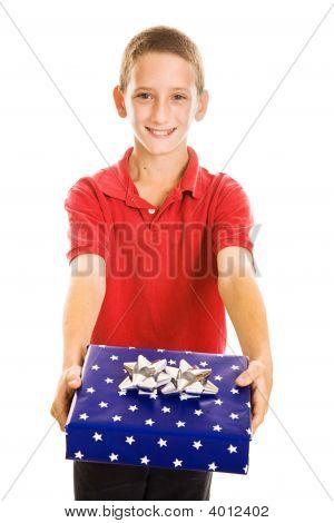 Menino bonito com presente de feriado