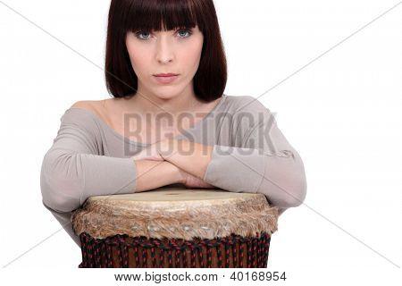 Mujer apoyándose en un djembe