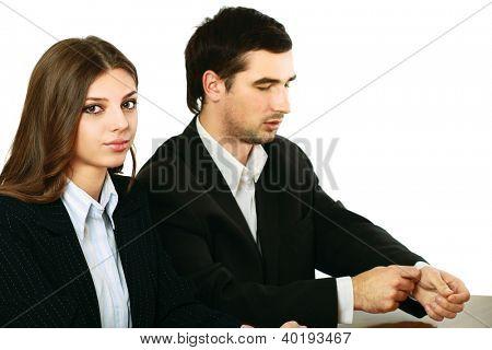Um businessgroup trabalhar na mesa, isolada no fundo branco