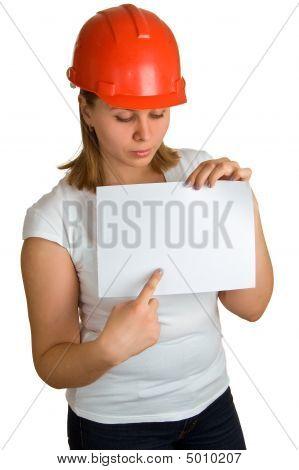 Frauen in red Helm zeigt auf Blatt Papier