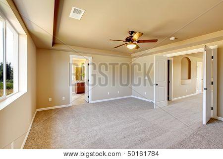 Nueva sala vacía con una alfombra color Beige.