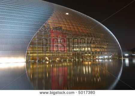 Noite vista do Nacional Centro For The Performing Arts (china)