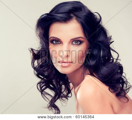 Model with nud makeup and curled hair