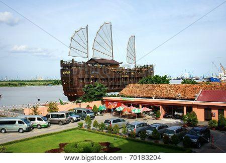 Houseboat, Restaurant, Nha Rong Port