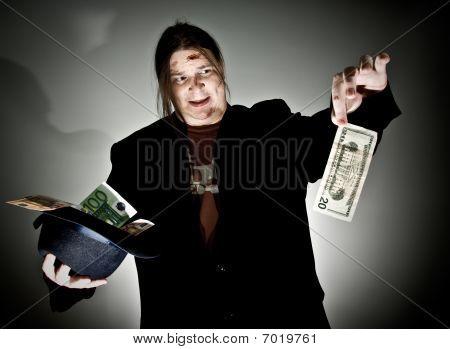 Homem mantém 20 dólares em abominação