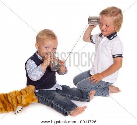 Boys am Telefon