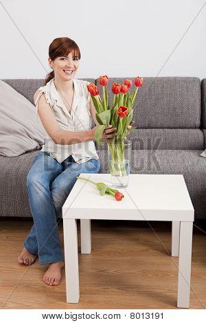 Frau zu Hause halten Blumen