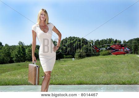 Empresaria frente a un helicóptero (1)