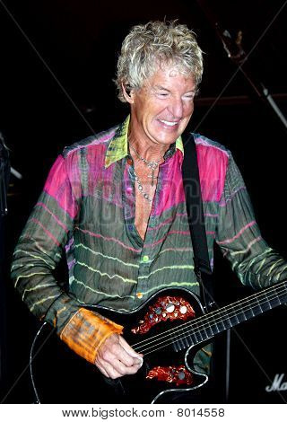 Kevin Cronin tocando guitarra