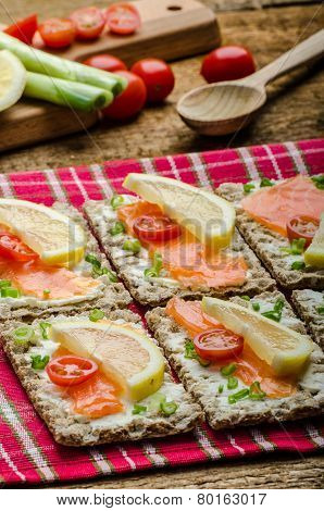 Bio Healthy Food - Kneckebrot Spread Cheese With Smoked Salmon And Cherry Tomatoes