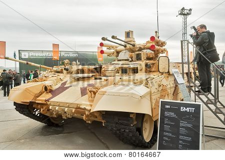 Photographer ana Tank Support Combat Vehicle