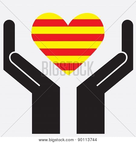 Hand showing Catalonia flag in a heart shape.