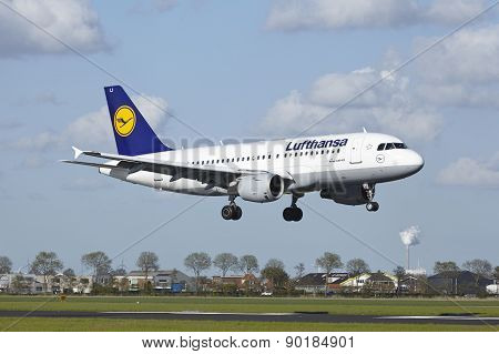 Amsterdam Airport Schiphol - Airbus A319 Of Lufthansa Lands