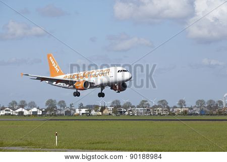 Amsterdam Airport Schiphol - Airbus A319 Of Easyjet Lands