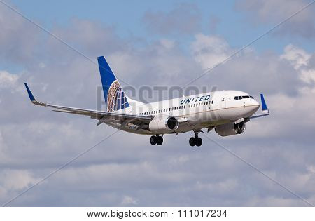 FORT LAUDERDALE - Novemebr 4, 2015: A United Airlines Boeing 737 aircraft landing.