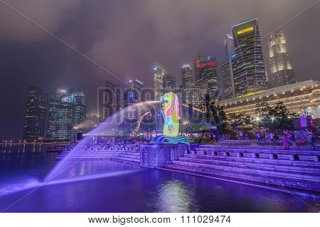 Singapore, Singapore - Circa September 2015: Merlion Statue And Fontain In Singapore By  Night