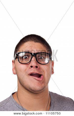 Homem vestindo óculos de Nerd