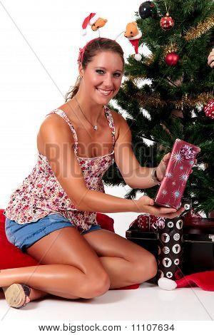 Árbol de Navidad, feliz joven