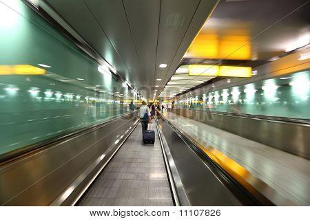 Menschen gehen in langen, Green Corridor für Boarding am Flugzeug