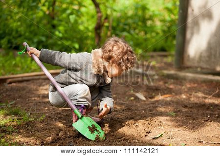 The little girl with a small shovel