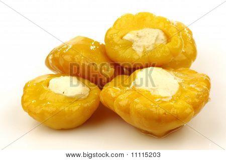 Gelbe Baby Kürbis gefüllt mit Käse
