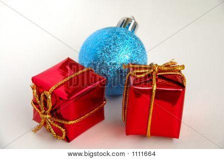 Geschenkboxen und Christmas Bulb